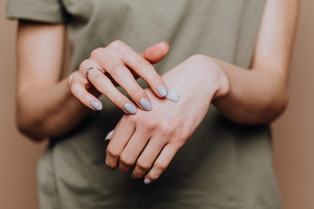 白黃色分泌物,需適時調理身體配圖:手擦乳液