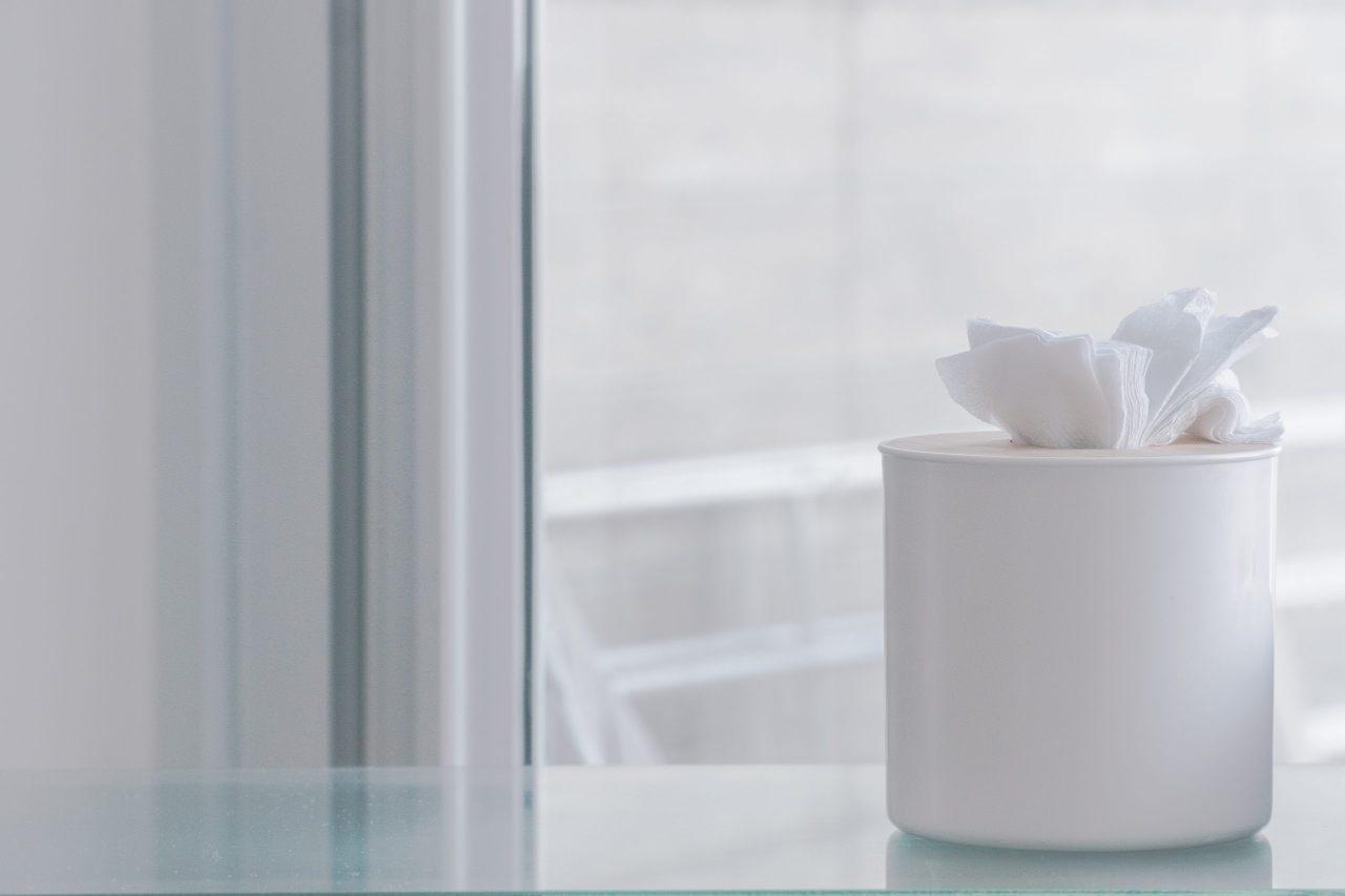 白帶伴有陰部搔癢疼痛需要就醫配圖:純白衛生紙筒