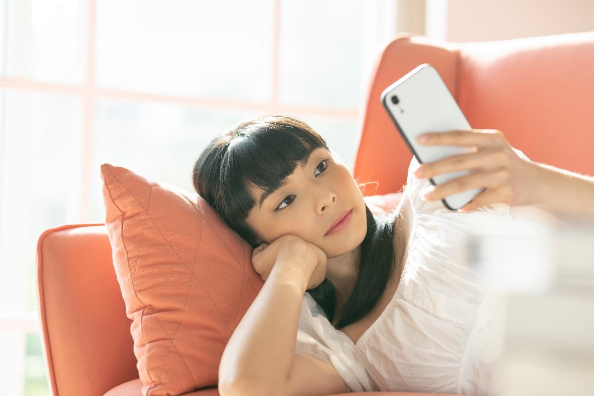 流產前的知識搜尋-女孩躺在沙發上搜尋