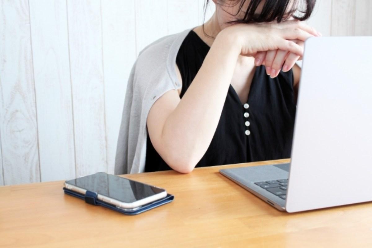 經痛喝什麼配圖:在電腦前不舒服的女孩