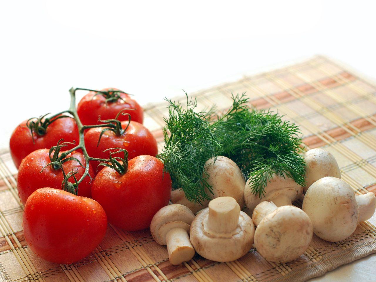產後坐月子營養均衡配圖:番茄和香菇