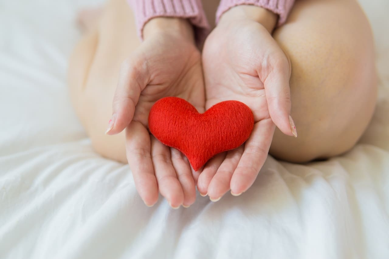 3 個未成年懷孕可求助及諮詢方式配圖:手捧愛心